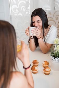 Namoradas bebendo chá em casa