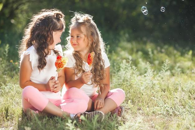 Namoradas bonitinha se divertindo juntos