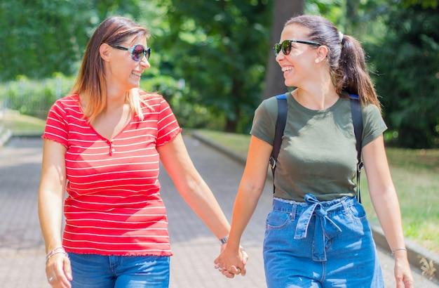 Namoradas brincalhão felizes no amor compartilhando tempo juntos