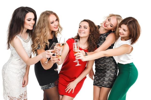Namoradas brindando na festa de ano novo