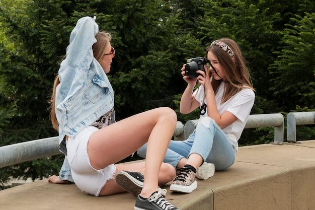 Namoradas de alto ângulo tirando fotos