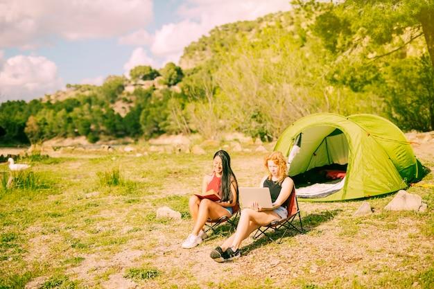 Namoradas descansando na natureza