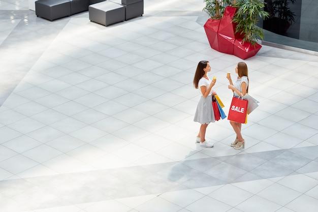 Namoradas em shopping center