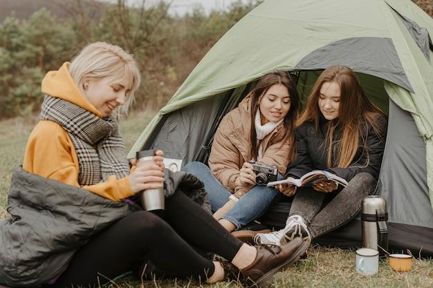 Namoradas em viagem de inverno com tenda