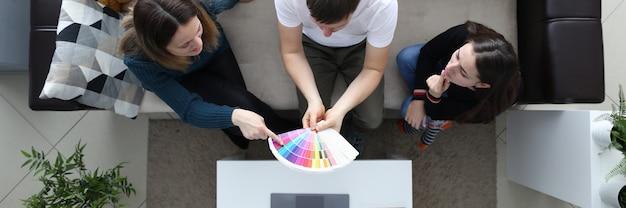 Namoradas escolher a cor da paleta cara detém paleta