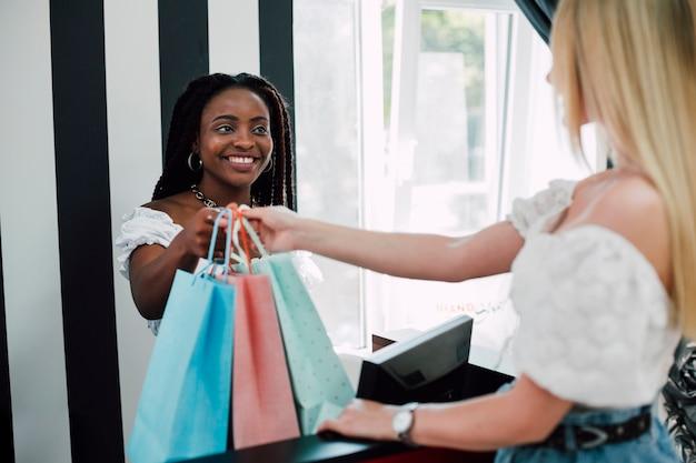 Namoradas fazendo compras juntos