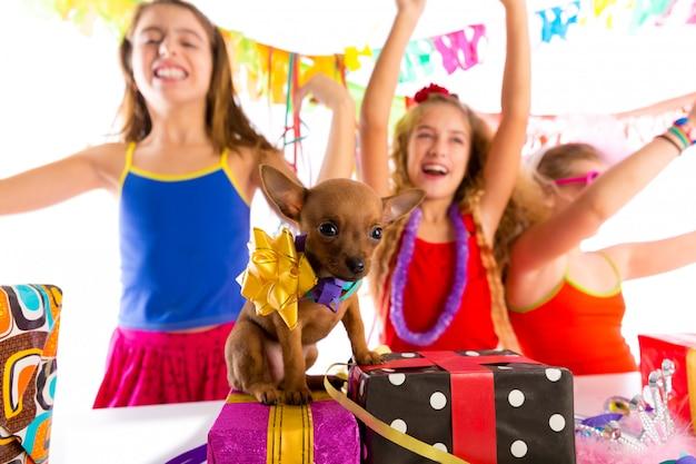 Namoradas festa dançando com presentes e cachorrinho