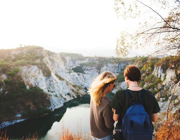 Namoradas, ficar, em, vista traseira, cima, a, montanha