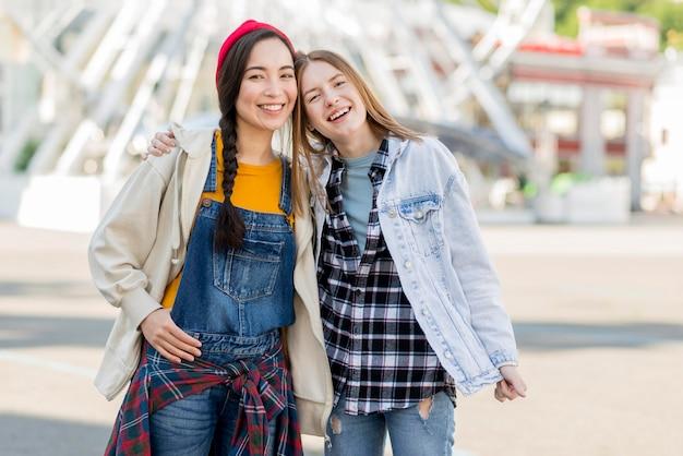 Namoradas jovens ao ar livre