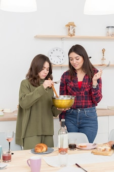 Namoradas jovens comendo em casa