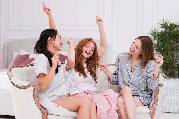 Namoradas jovens tendo festa de pijama