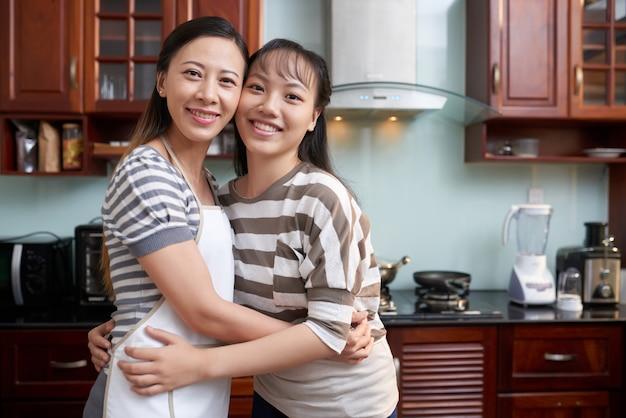 Namoradas posando na cozinha