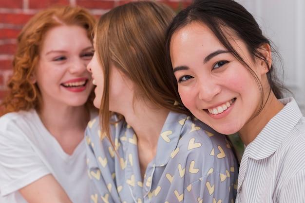 Namoradas sorridentes de alto ângulo na festa do pijama