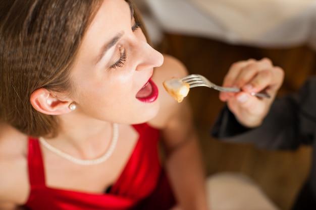 Namorado dando comida para namorada