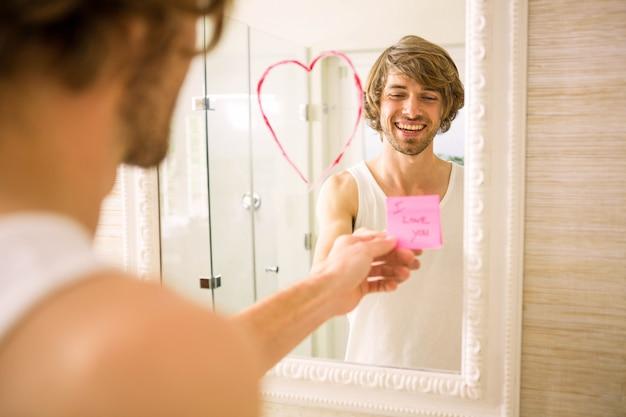 Namorado descobrindo uma mensagem de amor no espelho do banheiro em casa