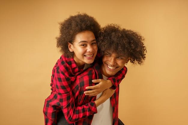 Namorado e namorada afro felizes e despreocupados brincando juntos