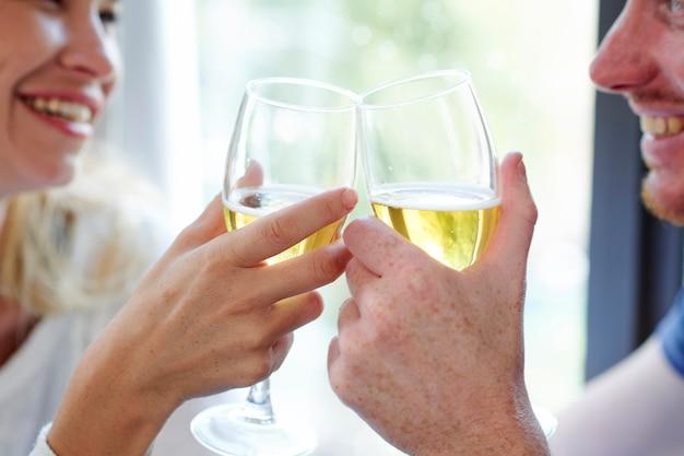 Namorado e namorada bebendo vinho