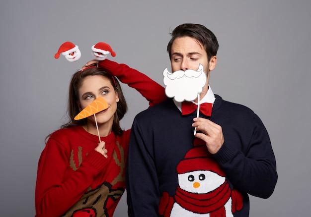 Namorado e namorada com máscaras de natal