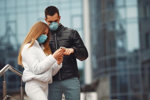 Namorado e namorada estão fazendo selfie e usando máscaras descartáveis