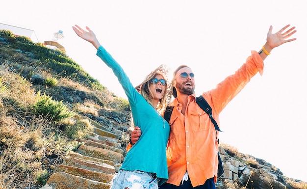 Namorado e namorada felizes e apaixonados se divertindo genuinamente em uma excursão de viagem