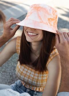 Namorado e namorada fofos se divertindo ao ar livre