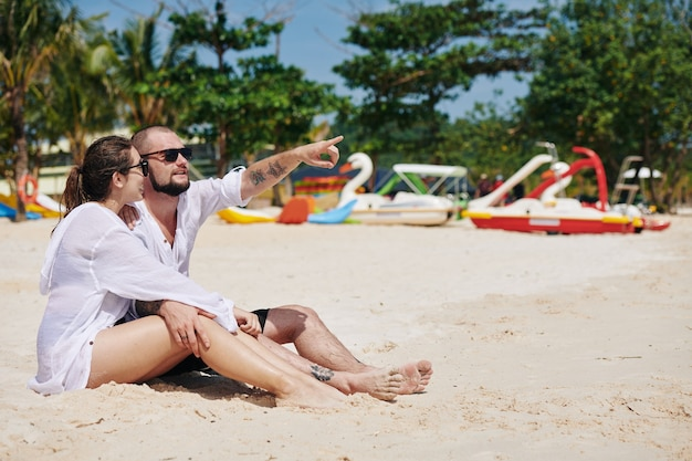 Namorado e namorada na praia