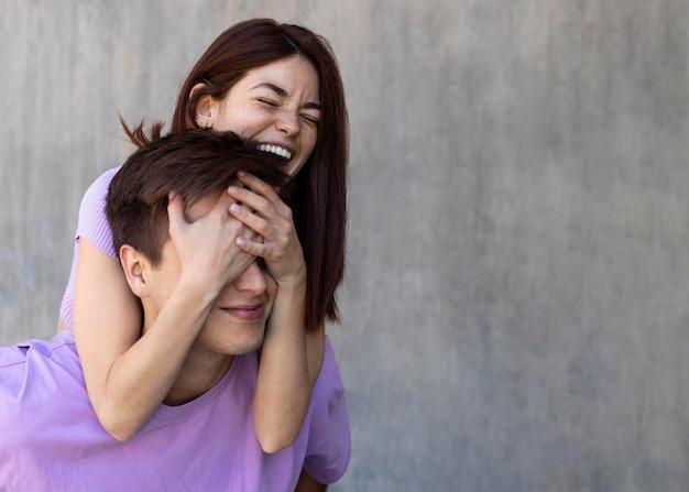 Namorado e namorada sendo afetuosos ao ar livre