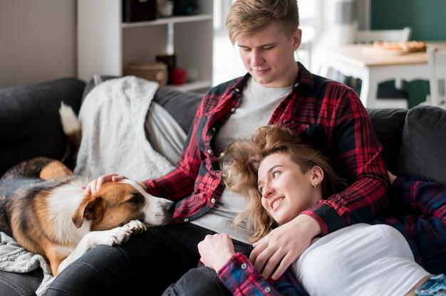 Namorado, segurando, menina e cachorro