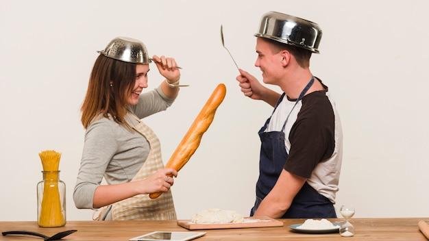 Namorados brincando enquanto cozinha na cozinha
