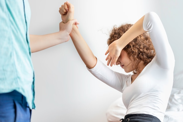 Namorados caucasianos agrediram sua namorada severamente. o conceito de violência.