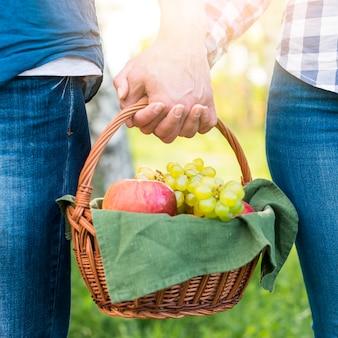 Namorados com cesto de piquenique no parque