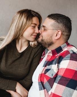 Namoro de homem e mulher. garoto e garota felizes. casal apaixonado sentado.
