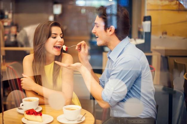 Namoro romântico em um café