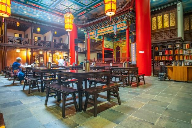 Nanjing, china - 16 de julho de 2018: a tradicional visão noturna arquitetônica de nanjing teahouse é onde