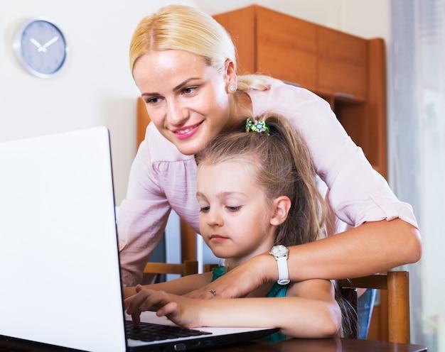 Nanny e menina jogando jogo de computador
