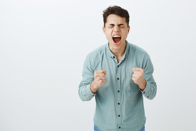 Não consigo lidar com os sentimentos internos. retrato de um homem europeu com muita raiva e desespero