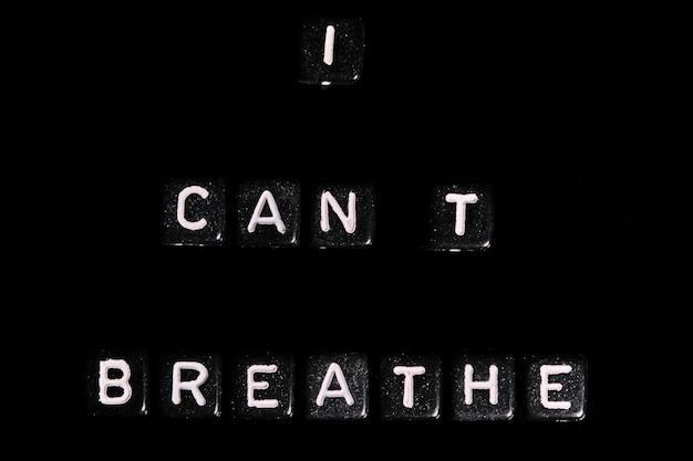 Não consigo respirar, texto vermelho em uma mesa preta. blm em apoio ao povo afro-americano.
