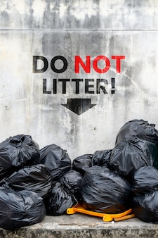 Não desarrume. saco de lixo preto