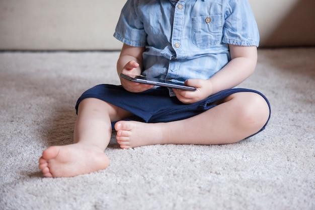Não há controle dos pais sobre as novas tecnologias para crianças com smartphones em casa.