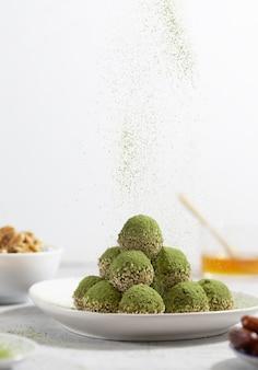 Não há mordidas ou bolas de energia matcha assadas, preparadas com ingredientes naturais, como nozes, pó de matcha, tâmaras