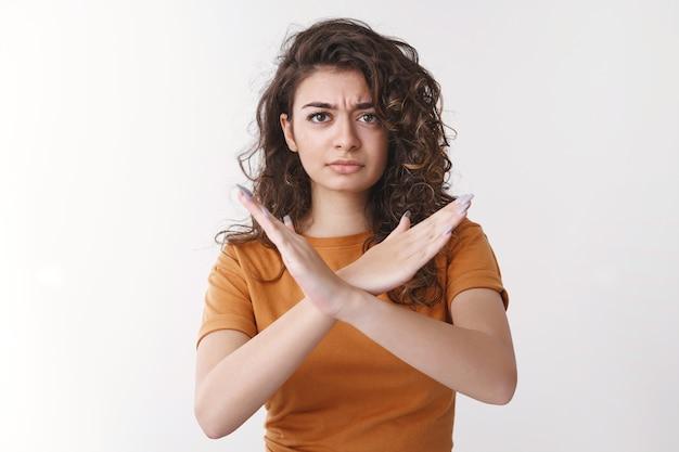 Não impressionado, decepcionado, atraente, namorada armênia, cabelo encaracolado, carrancudo, chateado, fazer, cruzar, mostrar, nunca, parar, gesto suficiente, fazer, proibição, sinal, proibido, recusar, oferta