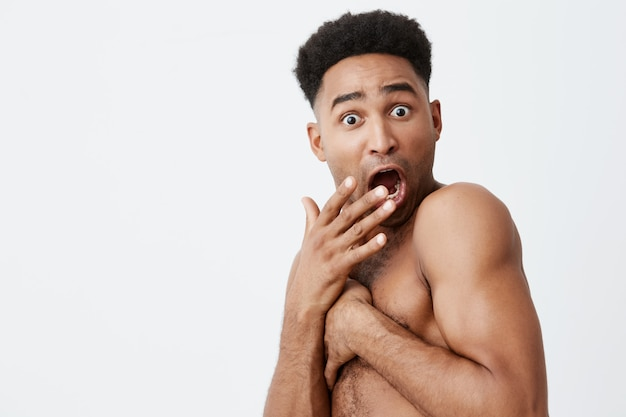 Não olhe para mim. perto de engraçado homem de pele negra com penteado afro, fechando-se com as mãos, quando um amigo entrou no banheiro enquanto ele estava tomando banho. situações embaraçosas