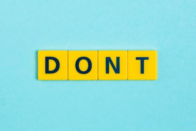Não palavra em telhas scrabble