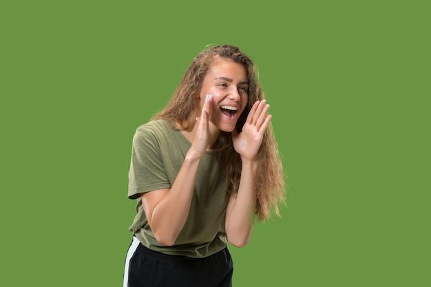 Não perca. jovem mulher casual gritando.