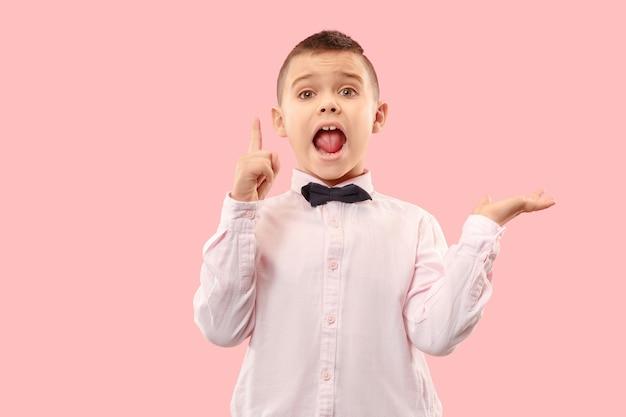 Não perca. jovem rapaz casual gritando.