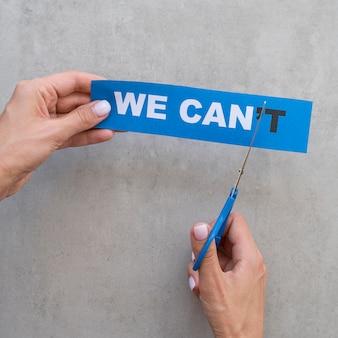 Não podemos mensagem no cartão sendo cortado com uma tesoura