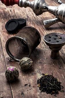 Narguilé e folhas secas de chá de elite
