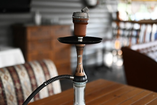 Narguilé oriental para fumar no restaurante na esplanada