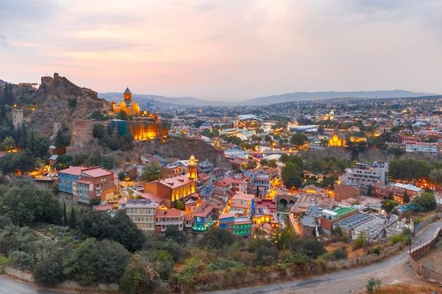 Narikala e cidade velha ao pôr do sol, tbilisi, geórgia