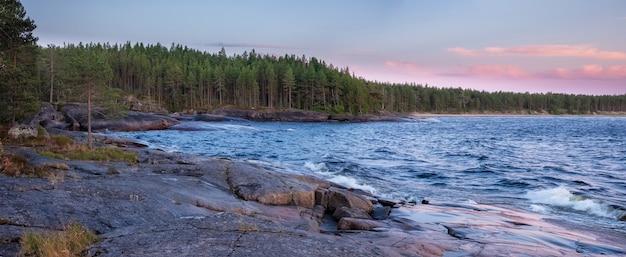 Nariz do cabo besov no lago onega, na carélia, no norte da rússia, ao pôr do sol de verão